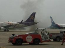 ผู้โดยสารระทึก!! รถลากจูงเครื่องบินสนามบินกระบี่ เครื่องขัดข้องกลุ่มควันพวยพุ่ง (คลิป)