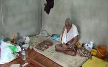 ตาวัย 80 ปี ลื่นล้มจนพิการ ถูกญาติหลอกพามาไว้ที่วัด อาศัยห้องเก็บของข้างเมรุ