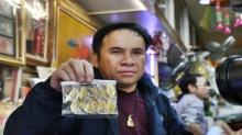 ตร.จับเจ้าของร้านย่านท่าพระจันทร์ ลอบขายเข็มที่ระลึกพระราชพิธีฯปลอม อ้างไม่รู้เหรียญเก๊!
