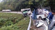 รถพ่วงแหกโค้ง พุ่งประสานงาปิกอัพรถพังยับ คนขับดับคาพวงมาลัย