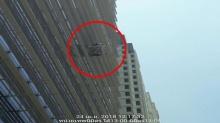 ระทึก! กระเช้าช่างติดกระจกค้างกลางเวหา คนงาน 3 ชีวิตลอยคว้างบนตึก 10 ชั้น
