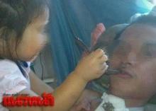 น้องอิน2ขวบยอดกตัญญู ป้อนข้าวดูแลพ่อนอนป่วยอัมพาต