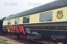 งามหน้า!! มือมืดย่องพ่นสเปรย์รถไฟขบวนหรูที่เมืองกาญจน์