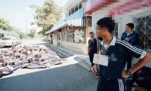 ลามถึงมัธยมฯ แชร์สนั่น ภาพรับน้องโรงเรียนดัง นอนกลิ้งกับพื้น-ตากแดด