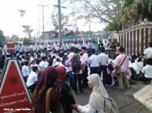 นักศึกษากลุ่ม Permas กว่า 100 คน ชุมนุมหน้าศชต. ร้องจนท.ปล่อยเพื่อนที่ถูกควบคุมตัว