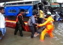 ทหาร-ตำรวจลุยฝนแยกแบริ่ง ช่วยประชาชนฝ่าน้ำท่วมหนัก (ประมวลภาพ)