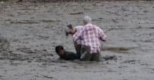 น่ายกย่อง..หนุ่มชาวเลน้ำใจงาม ลุยช่วยฝรั่งถูกโคลนดูด