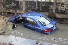อุทาหรณ์!! สาวก้มเก็บมือถือขณะขับรถ จนเกิดสิ่งที่เลวร้ายมาก!??