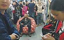 งี้ก็มี!!หนุ่มเซ็งรถไฟฟ้าคนเยอะจัดไม่มีที่นั่ง เอามาเองก็ได้ไม่ง้อ!!
