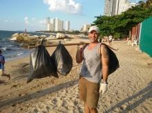 ยกนิ้วให้เลย!! หนุ่มออสซี่เดินเก็บขยะริมหาดพัทยาแทบทุกวัน!!