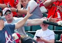 เกือบไปแล้ว!!หนุ่มใช้แขนบังหน้าเด็ก หลังไม้เบสบอลลอยมาเต็มๆ!!