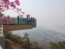 สกายวอล์คกระจกใสแห่งแรกของไทยที่วัดผาตากเสื้อ