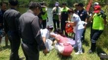 ปิคอัพพุ่งตกสระน้ำ พ่อเสียชีวิตส่วนแม่กับลูกอีกสองคนปลอดภัย
