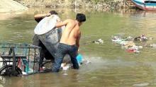 เมียนมา สุดมักง่ายทิ้งขยะลงแม่น้ำลอยเกลื่อนสุดโสโครก!! (ชมภาพ)