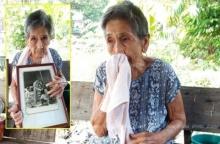 ยายแขน้อยอายุ 77 ปีร่ำไห้กอดพระบรมฉายาลักษณ์ที่เคยเข้าเฝ้าตอนอายุ 12 ขวบ