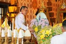 สมเด็จพระบรม ทรงวางพวงมาลาของ พระราชินี เบื้องหน้าพระโกศพระบรมศพ