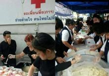 มูลนิธิอาสาเพื่อนพึ่ง(ภาฯ)ยามยาก สภากาชาดไทย แจกข้าวเหนียวไก่ทอดให้ปชช.