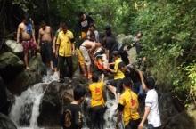 กู้ภัยฯระดมช่วยทุลักทุเลหนุ่มลื่นแขนหักบนน้ำตก