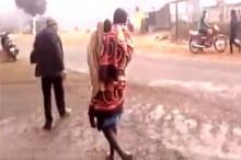 สุดเศร้า !! พ่อแบกศพลูกสาววัย 5 ขวบ เดินกลับบ้านถึง 15 กิโล รู้สาเหตุทำเอาน้ำตาแตก !!