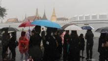 ฝนตกก็ไม่หวั่น!! พสกนิกรฝ่าฝนเข้ากราบพระบรมศพรัชกาลที่ 9 ด้วยความจงรักภักดี!!