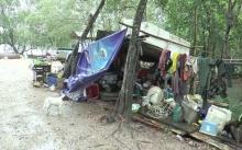 สุดรันทด!! ไร้หน่วยงานภาครัฐช่วยเหลือ 3 ชีวิตอาศัยในเพิงพัก! ไม่มีฝาบ้าน!