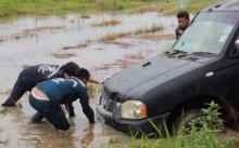 กระบะไหลลงนา สาวพิษณุโลกรีบดันด้านหน้า โชคร้ายถูกทับจมน้ำใต้ท้องรถ