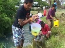 สุดทน! รถบรรทุกน้ำมันคว่ำ 4 หมื่นลิตรทะลัก ชาวบ้านกว่า 300 คนแห่แย่งกันอย่างอลหม่าน