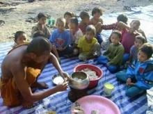 พระออกบิณฑบาตรทุกเช้าเอาข้าวมาเลี้ยงเด็กกำพร้า