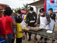 ทหารมหาสารคาม ขายกะเพราไก่-ไข่ดาว กล่องละ9บาท ช่วยเหลือประชาชน ลดค่าครองชีพ