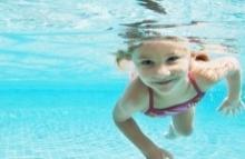 อาการ ตาแดง หลังว่ายน้ำในสระ เกิดจากอะไรกันแน่