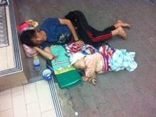สะเทือนใจ!! ชาวเน็ตโพสต์ภาพแม่กับลูกน้อยนอนหน้าเซเว่น