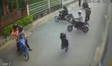 สุดยอด!! ครูใจเด็ดเข้าห้ามนักเรียนยกพวกตีกันกลางถนน(มีคลิป)