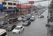 นี่มันฤดูอะไร!ชลบุรีฝนกระหน่ำน้ำท่วมทำรถติดยาวหลายกิโลฯ!!