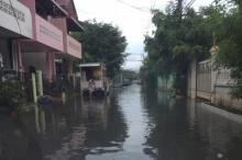 ฝนถล่มกรุงกลางดึกน้ำท่วมขังรอการระบาย 27 จุด