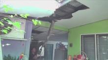 ลูกค้าสุดช็อก!ตัวเงินตัวทองโผล่บนฝ้าร้านตัดผมเมืองชล กู้ภัยทุบเพดานตามจับวุ่น