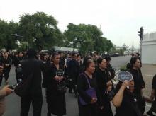 ชมของที่ระลึก แจกประชาชนผู้มาสักการะพระบรมศพ ในหลวงรัชกาลที่ ๙
