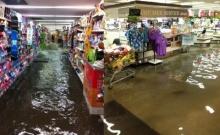 ขายดีเป็นเทน้ำเทท่า!! ชาวเน็ตแชร์คลิปน้ำทะลักห้างกลางสุขุมวิท!