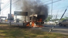 ระทึก! ไฟไหม้รถสองแถว หวิดย่างสด 10 ผู้โดยสาร