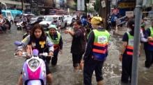 ฝนถล่มกรุงจมมิด รถติดวินาศ-ระบายน้ำไม่ทัน กทม.อ้างสาเหตุขยะล้นคลอง