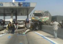 ชนแหลก!!รถพ่วง 18 ล้อเสียหลักพุ่งชนบนทางด่วนบางพลี-สุขสวัสดิ์