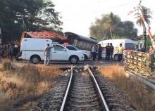 รถขยะฝ่าไม้กั้นชนรถไฟที่สุราษฎร์ดับ1เจ็บ7โบกี้ตกราง