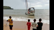 ครอบครัวเศรษฐีหวิดดับหมู่ คลื่นยักษ์ซัดเรือแตกลอยกลางทะเล!!