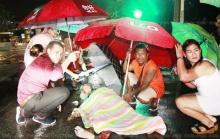 ชายชราถูกรถชนบาดเจ็บ!!  นอนหนาวกลางฝน หมอหนุ่มโดดเข้ารักษา