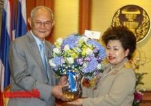 มีชัยรับดอกไม้จากประยุทธ์ ยินดีร่างรัฐธรรมนูญผ่านประชามติ