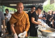 พุทธะอิสระ แจกอาหารปชช. ขอคนไทยมาร่วมทำความดี