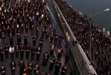 ปชช.กาฬสินธุ์ นับหมื่นเดินเท้าขึ้นสะพานเทพสุดาร่วมร้องเพลงอาลัยพ่อหลวง