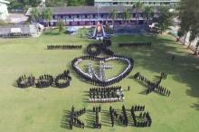 งดงาม!!! 3โรงเรียนชายแดนรวมพลังแปรอักษร4ภาษา รักพ่อ