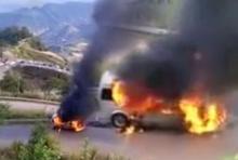 ระทึกขวัญ! รถตู้คณะแพทย์ไฟลุกไหม้วอดทั้งคัน ระหว่างทางขึ้นภูทับเบิก (คลิป)