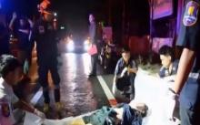 นึกว่าโจร!! เห็นคนนอนกลางถนน แจ้งตร.มาดู พบศพจมกองเลือด! รถลากร่างสยอง!