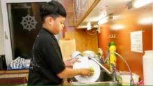 """เผยภาพ """"พระองค์ที"""" ทรงเป็นจิตอาสา กวาดลานวัด-ทำอาหารถวายพระ-ล้างจานด้วยพระองค์เอง"""